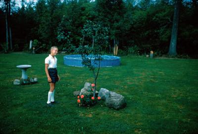 Niño y arbol en el jardin
