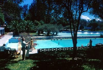 Hotel Peñafiel, bañistas en la alberca y jardines