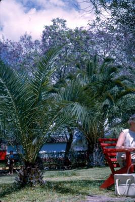Mujer y niño en el jardin del Hotel Peñafiel