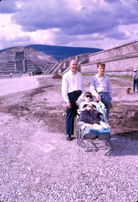 Hombre y niños en zona arqueologica de Teotihuacan