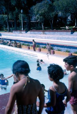 Hotel Peñafiel, niños en trampolin de la alberca