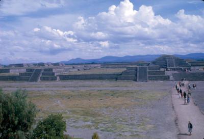 Ciudadela en Teotihuacan, gente recorre la zona arqueologica