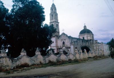 Templo, visto en su conjunto desde el frente