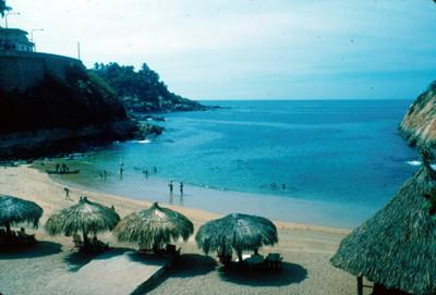 Acapulco, playa con gente y palapas