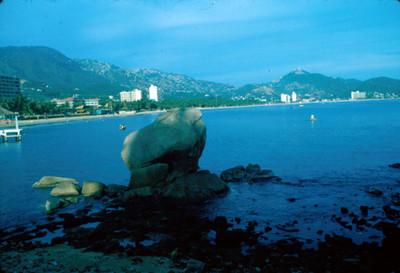 Vista de la bahia de Acapulco, desde monticulo de formaciones rocosas