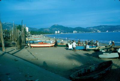 Acapulco, gente y embarcadero en la bahia