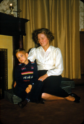 Mujer con niño, ambos sentados en una habitacion