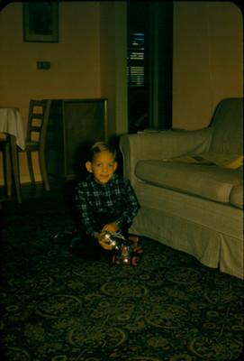 Niño con juguete en la sala de casa habitacion