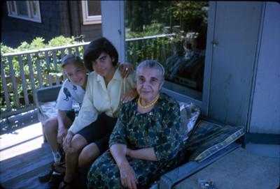 Mujer joven y anciana con niño en una terraza en