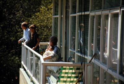 Personas en balcon de un hotel