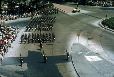 Contingente militar desfila por el cruce de Paseo de la Reforma y Bucareli