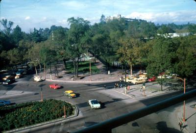 Automoviles circulan por Paseo de la Reforma