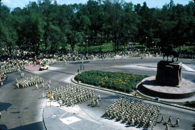 Varios contingentes militares desfilan a un costado de la Estatua Ecuestre de Carlos IV
