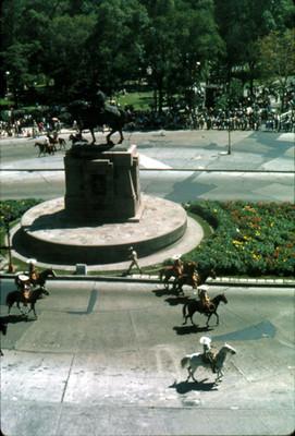 Charros desfilan a un costado de la Estatua Ecuestre de Carlos IV