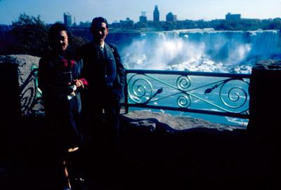 Pareja de orientales con las Cataratas del Niagara al fondo