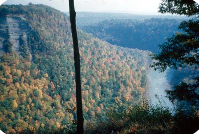 Vista de rio entre montañas, panorámica