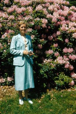 Mujer de pie en jardin, retrato