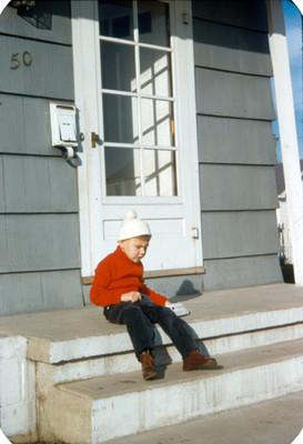Niño sentado en escalera