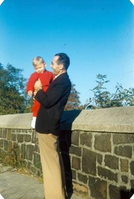 Hombre con bebe en brazos, retrato