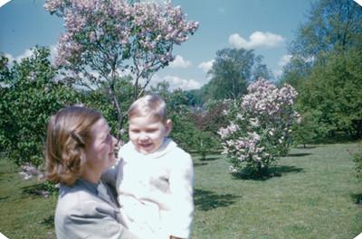 Mujer con bebe en jardin