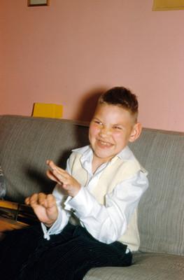 Niño sentado en sillon, retrato