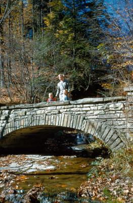 Mujer con niños parados en un puente, retrato