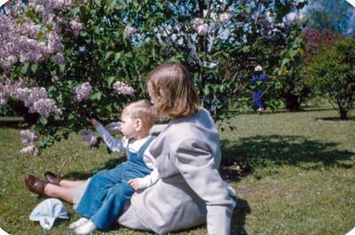Mujer con bebe sentados en jardin