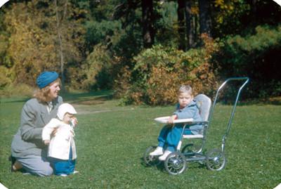 Mujer juega con niños en jardin