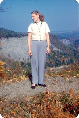 Mujer de pie en una colina, retrato