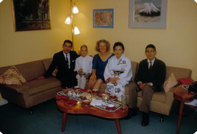 Familia Yakoubian Reindhart junto a pareja oriental, retrato de grupo