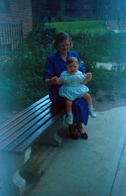 Edith Sophie con su bebe sentado en las piernas, retrato