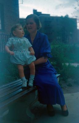 Edith Sophie e hijo en una banca, retrato