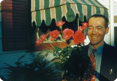 Arsen Yakoubian con rosas en mano, sonríe, retrato