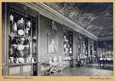 Vista lateral de sala con exhibicion de objetos de porcelana