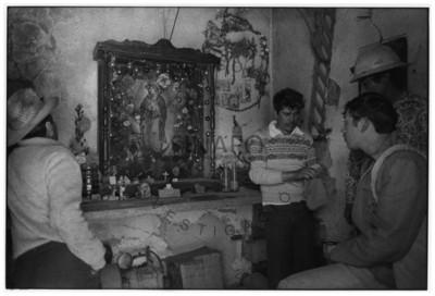Mineros junto a imagen de la Virgen de Guadalupe