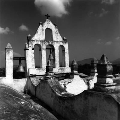 """Espadaña, campanas y almenas de la iglesia de San Juan Bautista en """"Yolotepec"""""""