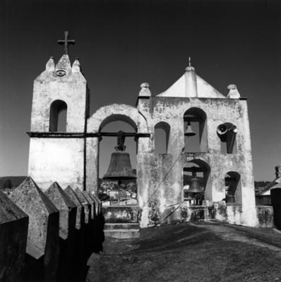 Espadaña con campanas de la capilla de Jesús Nazareno, vista parcial