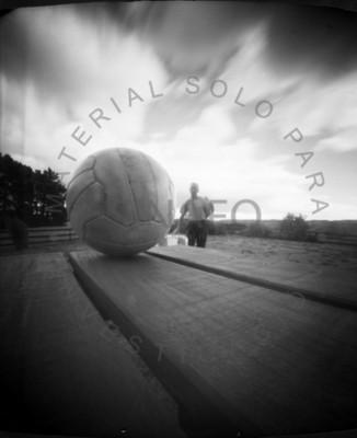 Retrato de hombre y balón en exterior