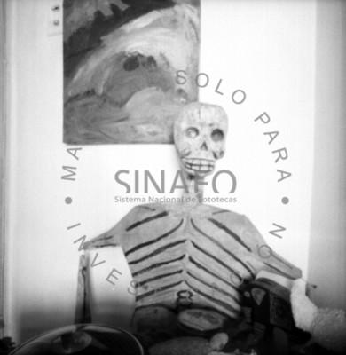 Calavera sentada junto a cuadro