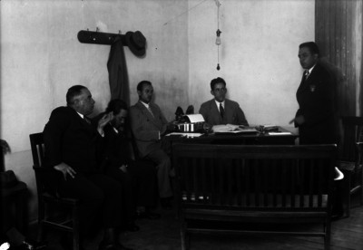Federico Sodi Romero haciendo uso de la palabra, durante una junta con abogados en una oficina
