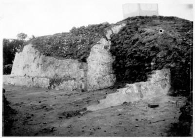 Angulo S.E. de la pirámide despues de la exploración, mostrando las dos épocas de construcción