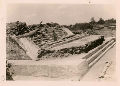 Vista general del lado sur de la pirámide después de la exploración y antes de quitar los restos de la escalera de la última época