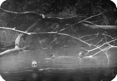 Bañandose en un remanso del río Lacanjá 23