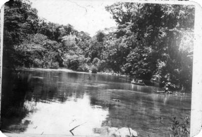 Canoa y ocupantes en el río, Lacanjá