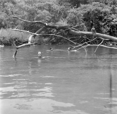 Bañandose en un remanso del Río Laandhá