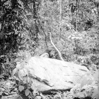 Kayom jefe del clan Lacandon, tras a una estela en lNa Balum. Vinik