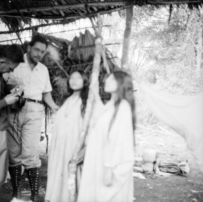 Expedicionarios con mujeres lacandonas