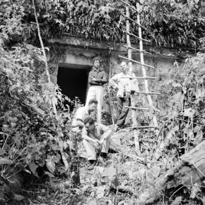 PRIETO PUIG, MARGAIN Y SOTOMAYOR, en Bonampak en el exterior del Templo de los Murales