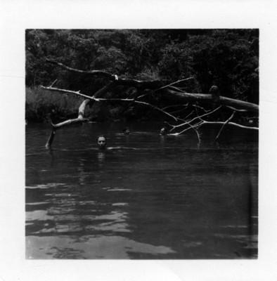 Bañandose en un remanso del río Lacanhá
