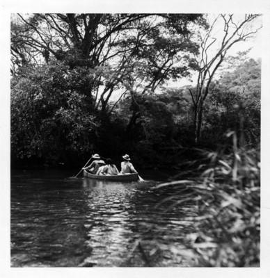 Atravesando en canoa el río Lacanjá